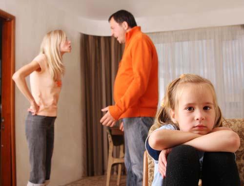 Adam telaşlı öfkeli bir halde hanımına bağırıp
